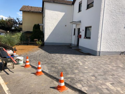 Haus mit gepflasterter Einfahrt
