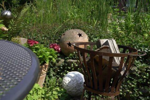 Feuerschale mit Holz in dekoriertem Garten