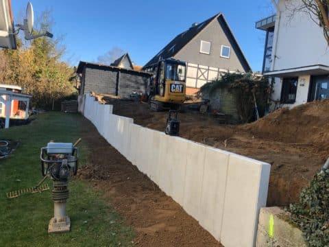 Helle Mauer im Garten in Arbeit