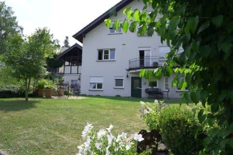 Weißes Haus mit Garten