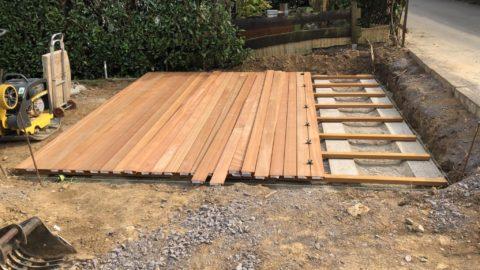 Holzpaneelen auf Terrasse