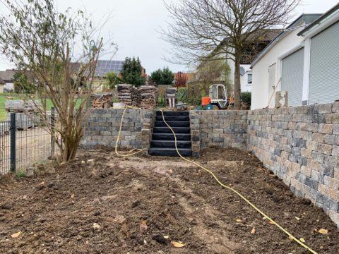 Mauer mit Treppe im Garten