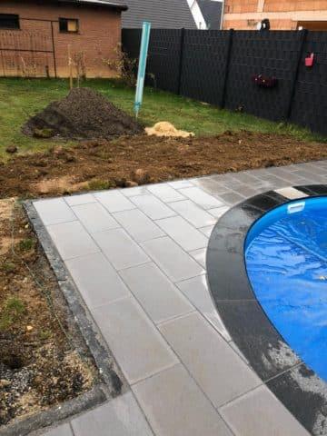 Pool mit dunklem und hellem Rand