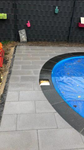 Pool mit verschiedenen Steinen als Rand