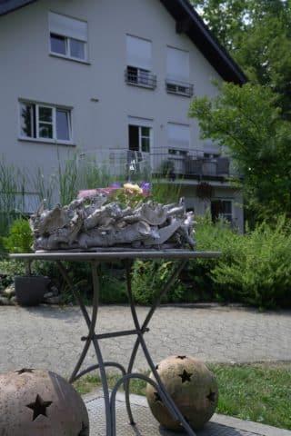 Tisch mit Deko auf Terrasse