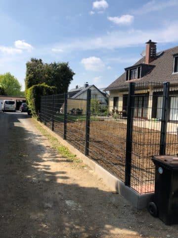 Zaun und Beet um Haus und Garten herum