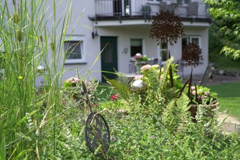 Dekorativer Garten vor einem Haus
