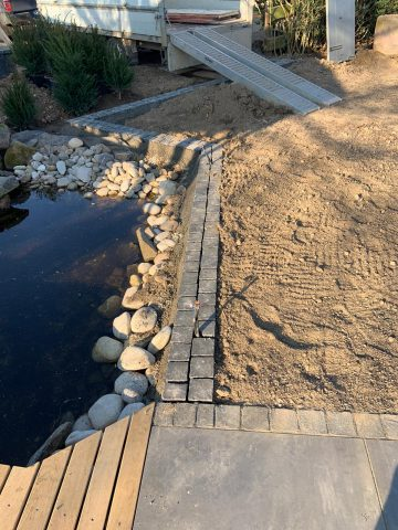 Teich mit Steinumrandung