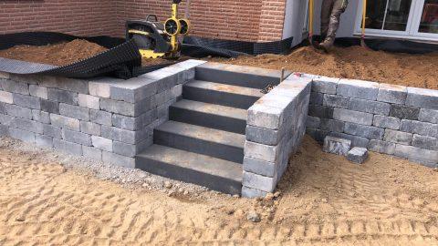 Gemauerte Treppe mit Natursteinmauer