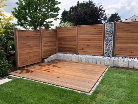 Holzterrasse mit Holzzaun