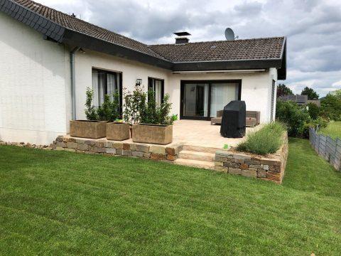 Gepflegter Garten mit Terrasse