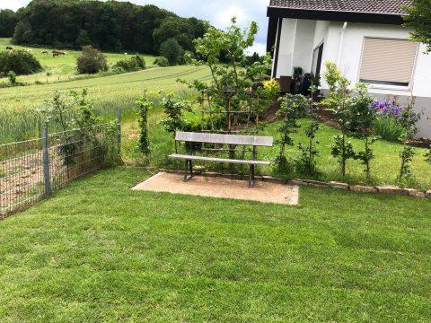 Bank im Garten und Felder