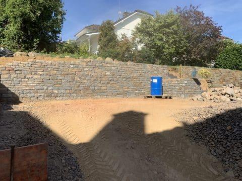 Bruchsteinmauer im Garten