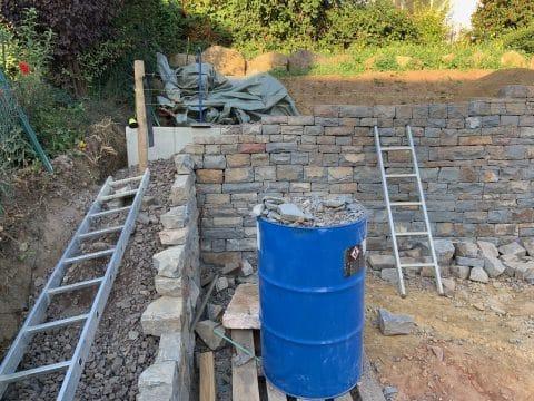 Bruchsteinmauer mit Beet
