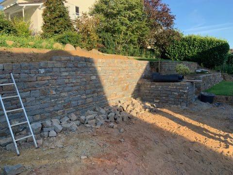 Bruchsteinmauer mit zweiter Ebene