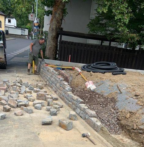 Kleine Bruchsteinmauer wird zur Abgrenzung errichtet