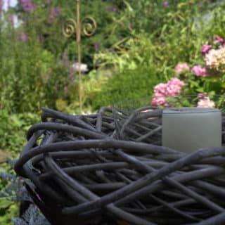 Dekokerze im Garten