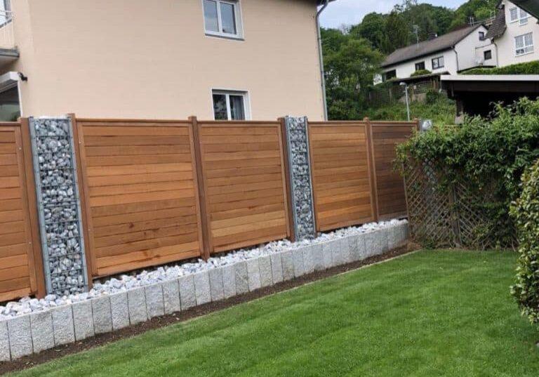 Garten mit Holzzaun